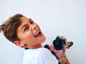 Pet razloga zbog kojih je dobro da deca odrastaju sa kućnim ljubimcem